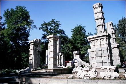 הריסות בארמון הקיץ הישן