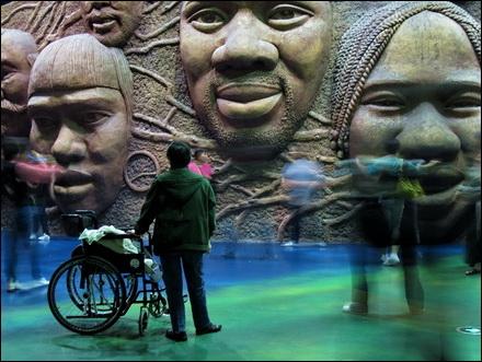 מבקרת וכיסא גלגלים בתערוכת שנגחאי אקספו 2010