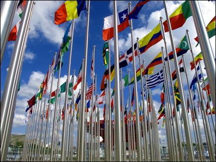 דגלים בכניסה למתחם התערוכה