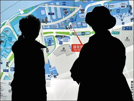 זוג נבוך מול מפה של מתחם התערוכה