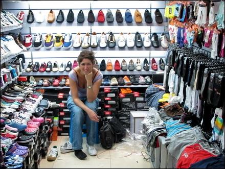 קונת נעליים בשוק הטאובאו
