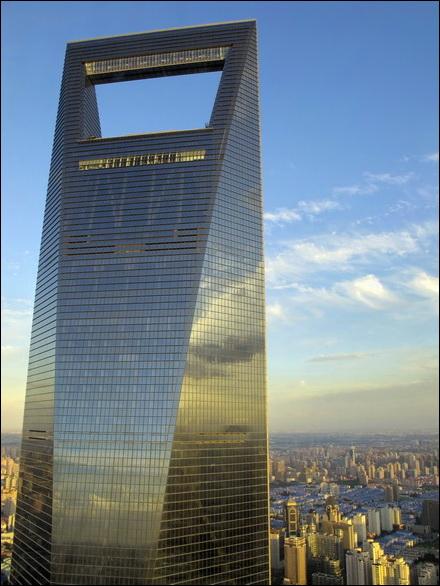 מבט על מגדל 'הפותחן' בעת השקיעה